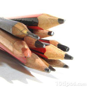 La punta de los lápices para escribir está compuesta por grafito.