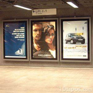 Carteles de productos en el metro
