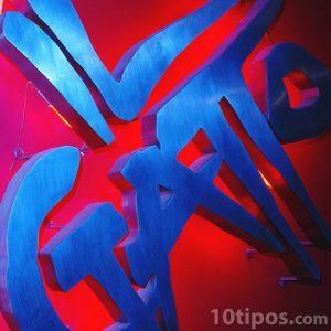Cartel nocturno con fondo rojo