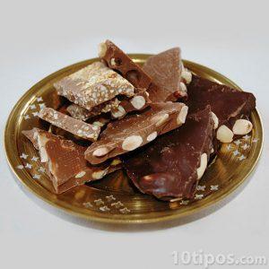 Chocolate con cacahuates y semillas