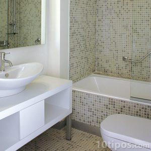 Cuarto de baño con mosaico verdes claros