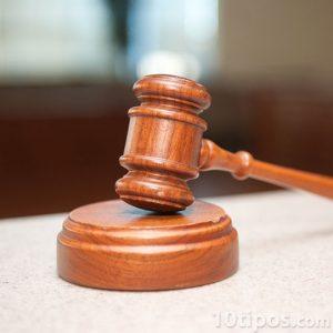 Mazo hecho de madera de juez