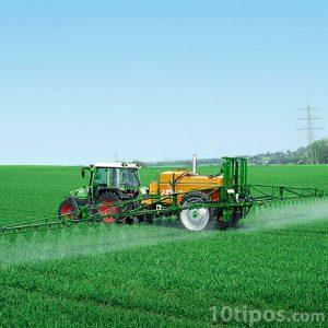 Tractor utilizando plaguicida