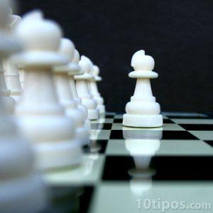 Tablero de ajedrez con fichas blancas