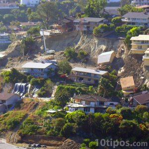 Avalancha de tierra afectando zona residencial