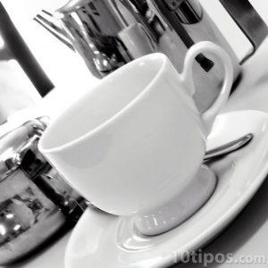 Taza de café de color blanco