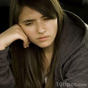 Adolescente en actitud pensativa