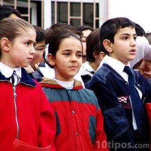 Niños con uniforme en la escuela
