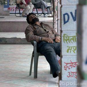 Persona dormida en silla