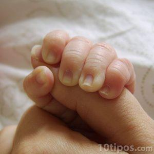 Reflejo del bebé al sostener un dedo
