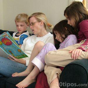 Mamá leyendo a sus hijos