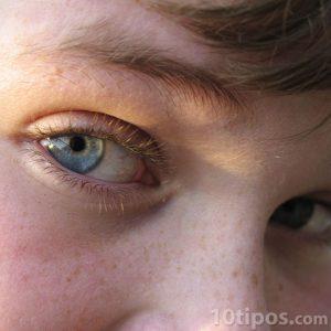 Ojos de un niño observando