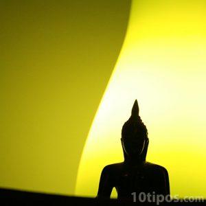 Buda en fondo amarillo