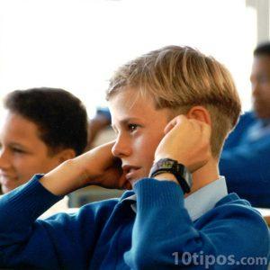 Estudiante en escuela con uniforme