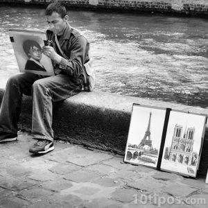 Dibujante con sus obras