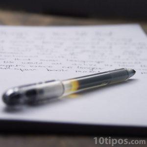 Hoja de papel con texto escrito a mano