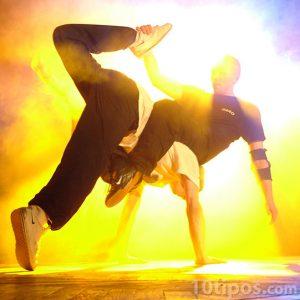 Joven bailando brake dance