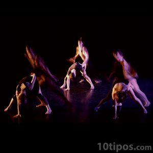 Grupo de jóvenes en danza moderna