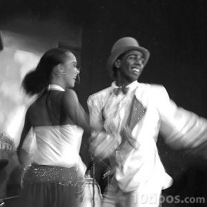 Jóvenes bailando mambo