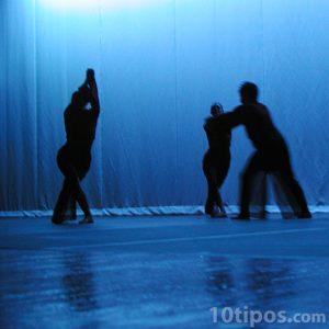 Jóvenes realizando una danza de teatro