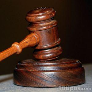 Mazo de juez hecho de madera