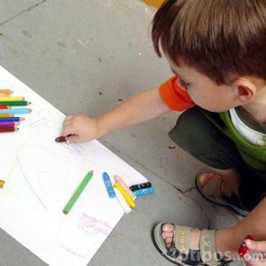 Niño coloreando con crayolas y lápices