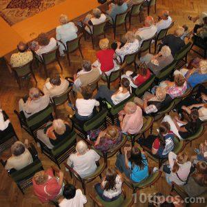 Adultos sentado escuchando atentamente