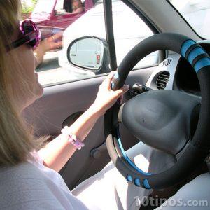 Mujer conduciendo un automóvil