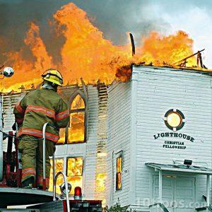 Bomberos en acción ante un incendio