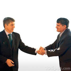 Saludos de mano entre colegas del trabajo