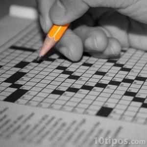 persona realizando un crucigrama