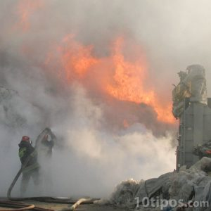 Bomberos tratando de apagar un incendio