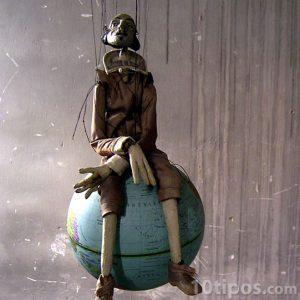 Marioneta de persona sentada en el mundo