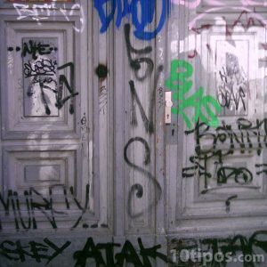 Puertas pintadas por graffiti