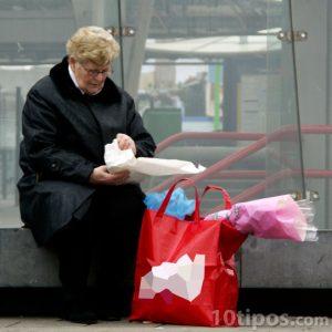 Mujer sentada después de comprar
