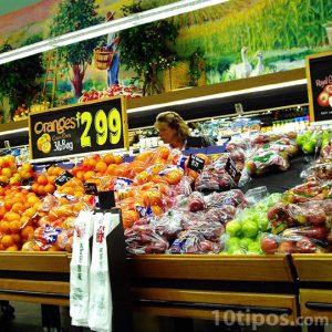 Mujer escogiendo frutas en el supermercado