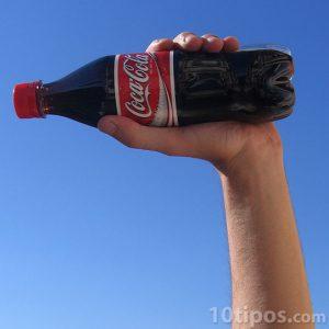 Refresco de coca cola en actitud positiva