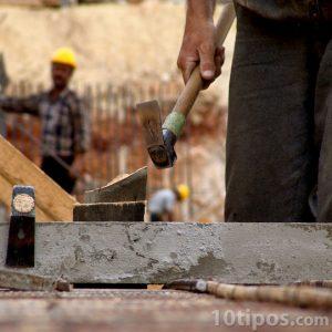 Constructores realizando una obra