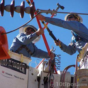Trabajadores arreglando los cables de luz
