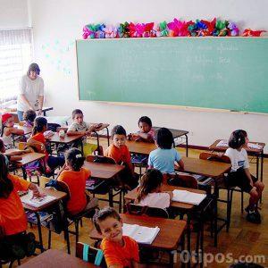 Niños en el salón escolar