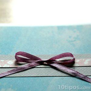 Carta azul con moño rosa