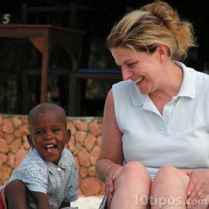 Mujer y niño sonríen