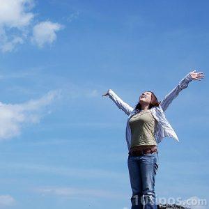 Mujer con sentimiento de libertad