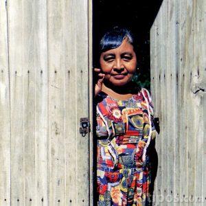 Mujer en abriendo la puerta