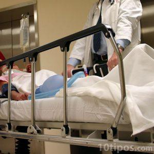 Persona en camilla de hospital