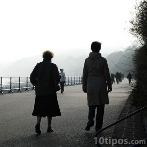 Personas caminando en un muelle