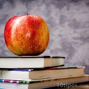 Libros para la escuela con una manzana roja