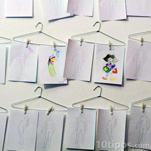 Dibujos colgados en ganchos de ropa