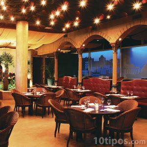 Restaurante elegante con buena iluminación