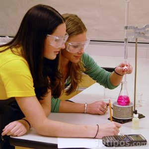 Experimento utilizando equipo de química